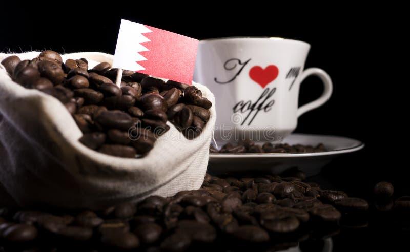 Download Bahrain-Flagge In Einer Tasche Mit Den Kaffeebohnen Lokalisiert Auf Schwarzem Stockfoto - Bild von verbraucher, morgen: 96933628