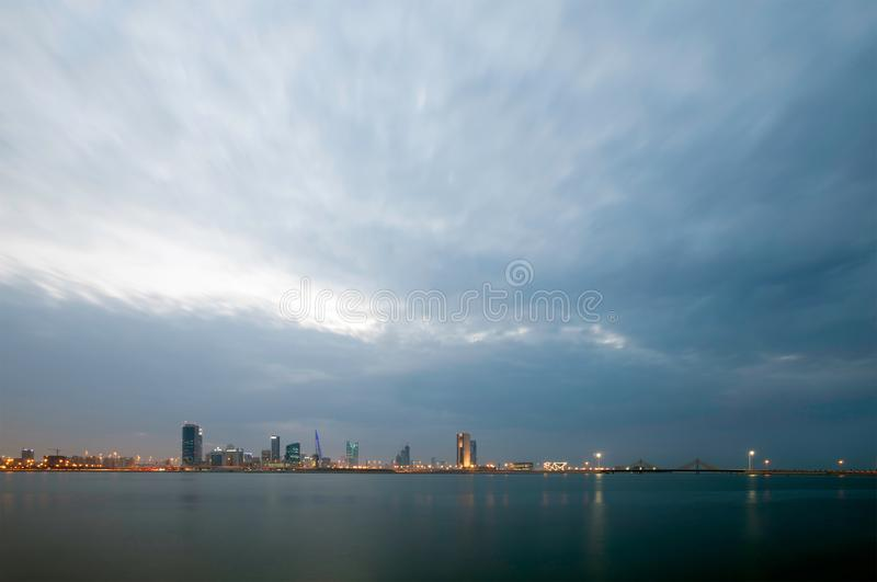 Bahrain horisont och tätt moln under blåa timmar royaltyfri bild
