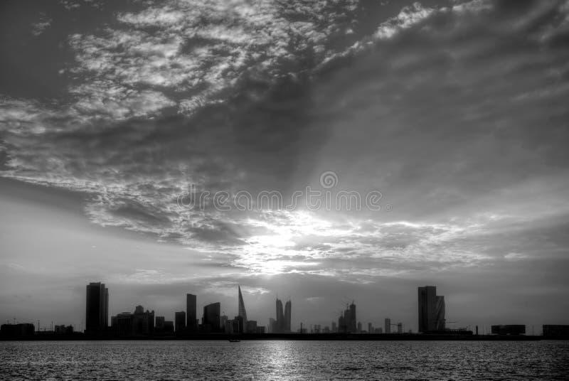 Bahrain horisont på solnedgången, ett svartvitt fotografi royaltyfria foton