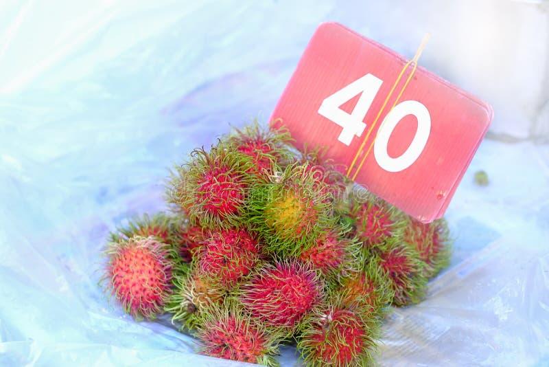 Baht tailandese della frutta 40 deliziosi dolci della frutta del Rambutan per chilogrammo o fotografia stock libera da diritti