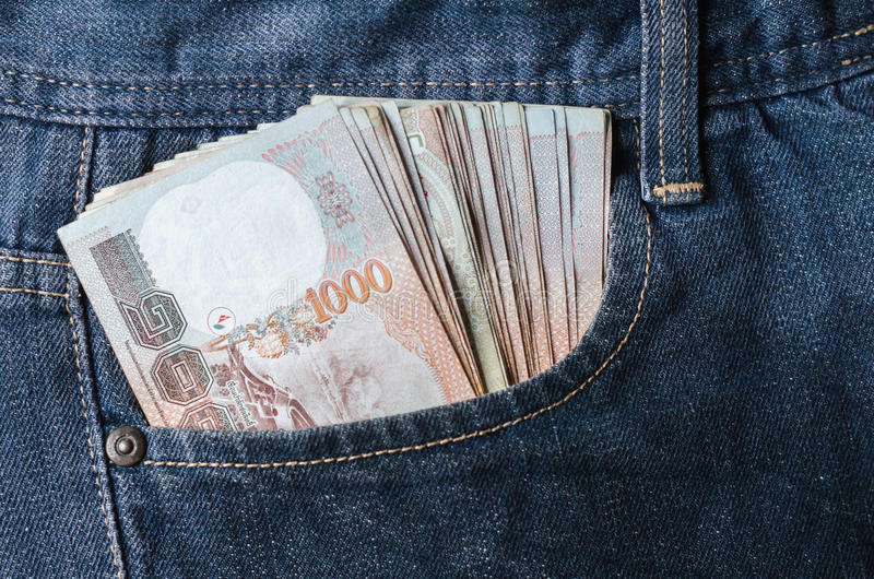 Bahtgeld binnen van de muntcontant geld van Thailand van de jeanszak royalty-vrije stock foto