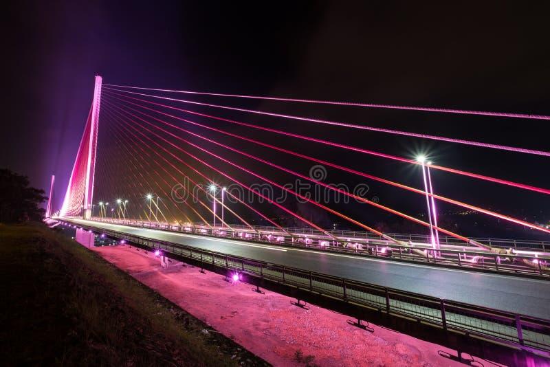 Bai Chay桥梁在下龙市越南打开了与五颜六色的照明设备在晚上 图库摄影