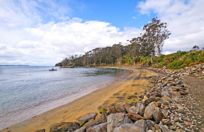 Baia calma su una linea costiera rustica fotografia stock