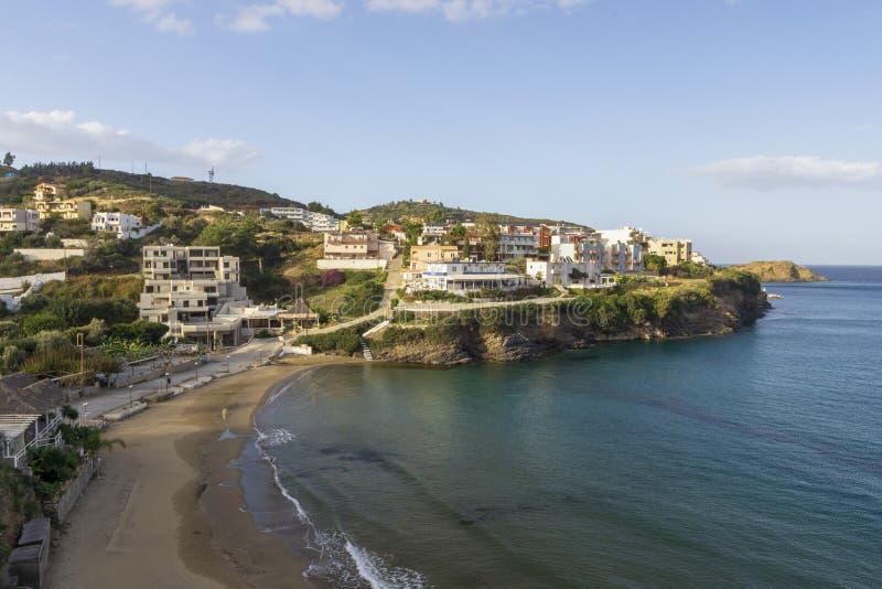 Baia con acqua blu e la spiaggia sabbiosa sull'isola di Creta fotografia stock