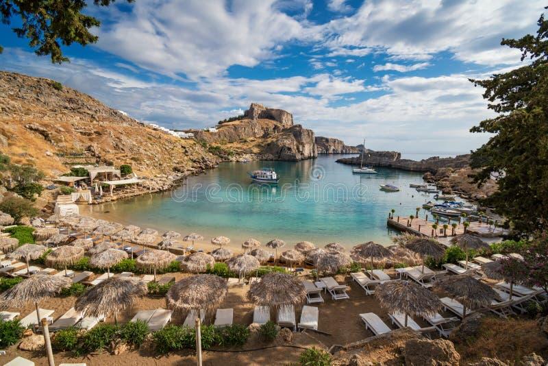 Baia con le barche, acropoli di St Paul di Lindos nel fondo Rodi, fotografie stock