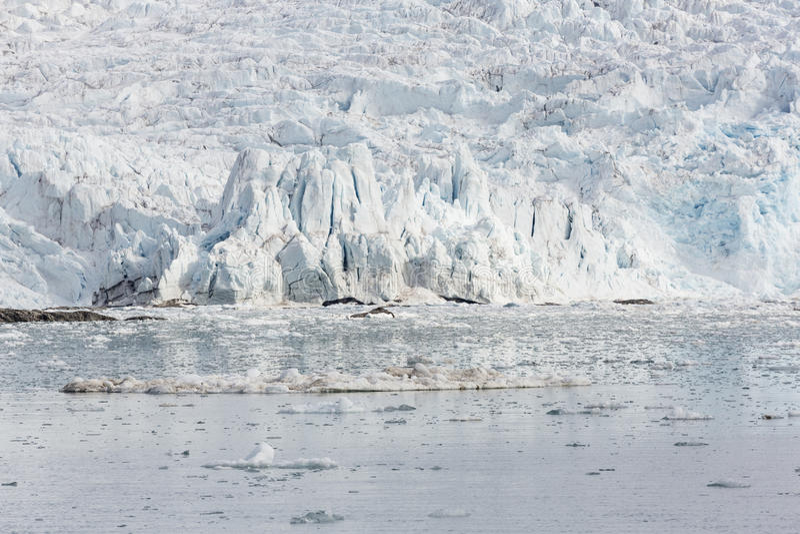 Baia del mare con un ghiacciaio e gli iceberg nelle Svalbard, Spitsbergen, no fotografia stock libera da diritti