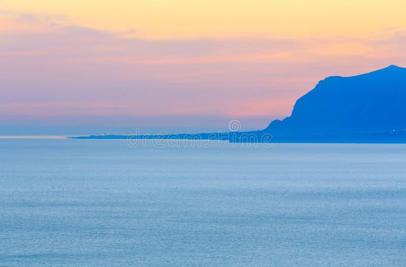 Baia del mare di Castellammare del Golfo, Sicilia, Italia immagini stock libere da diritti