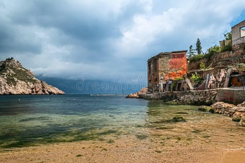 Baia del mare e rovine della casa in tempo nuvoloso in Balaklava, Sebastopoli, Crimea fotografie stock