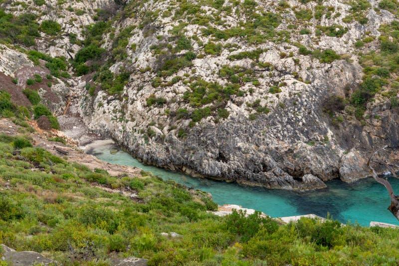 Baia della spiaggia di Limnionas dell'acqua blu all'isola di Zacinto immagine stock libera da diritti
