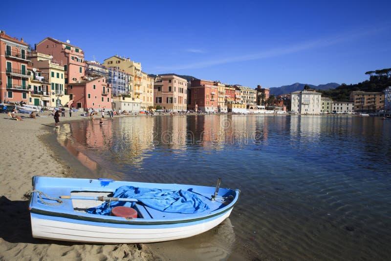 Baia della spiaggia di silenzio e delle barche, Sestri Levante, Genova, Liguria, Italia, Europa fotografie stock libere da diritti