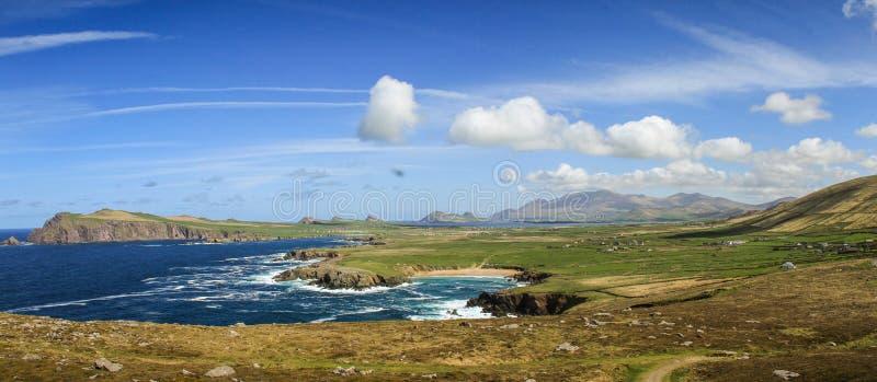 Baia delle Dingle, contea Kerry, Irlanda durante il giorno soleggiato immagini stock libere da diritti