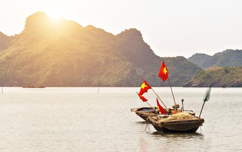 Baia di bambù di Halong delle reti da pesca della barca del canestro del paesaggio fotografie stock libere da diritti