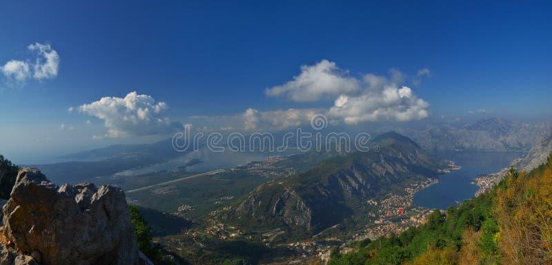 Baia di Cattaro, citt? di Kototr, citt? di Teodo, Montenegro - panorama sopra la baia fotografie stock