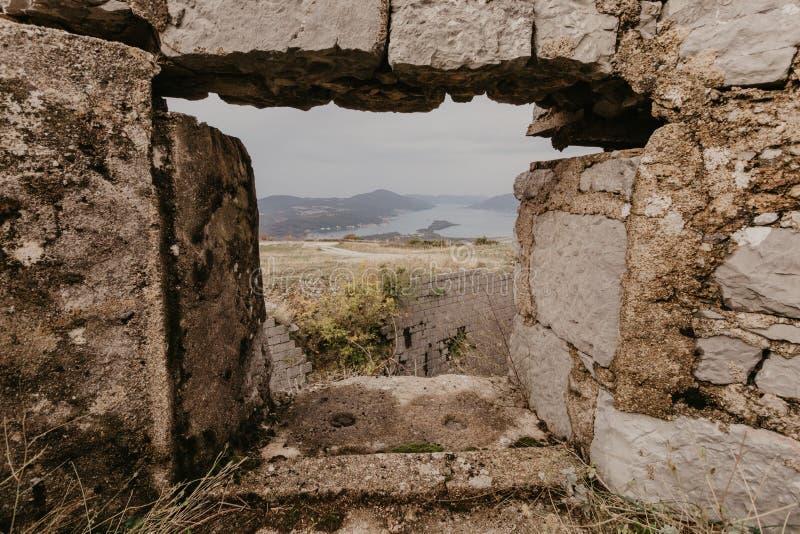 Baia di Cattaro dalle altezze di vecchia finestra della fortezza fotografie stock libere da diritti