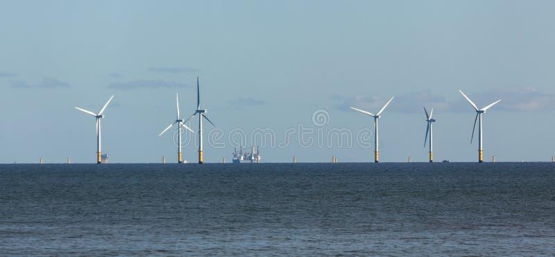 BAIA DI COLWYN, WALES/UK - 7 OTTOBRE: Generatori eolici fuori dalla riva al Co immagini stock