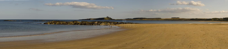 Baia di Embleton e castello di Dunstanburgh fotografie stock