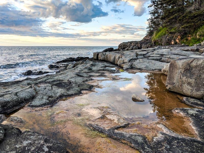 Baia di Fundy del tramonto pre con cielo blu nuvoloso fotografie stock libere da diritti