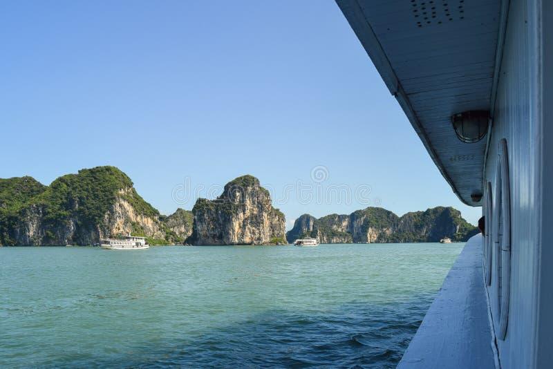 Baia di Halong nel Vietnam Luogo del patrimonio mondiale dell'Unesco Vista dalla cabina della nave fotografia stock