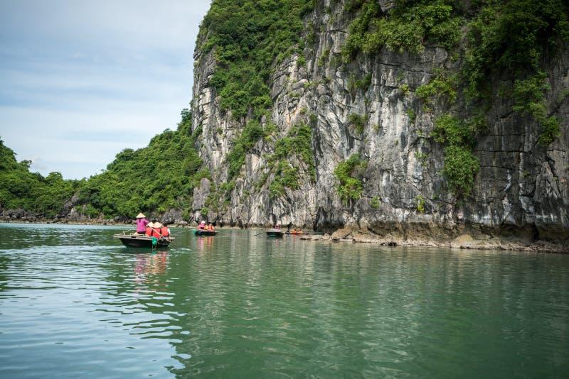 Baia di Halong nel Vietnam, sito del patrimonio mondiale dell'Unesco, con le imbarcazioni a remi turistiche fotografie stock