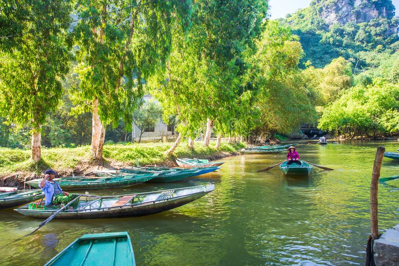 Baia di Halong sull'attrazione turistica della terra in Tam Coc, Vietnam Asiatico, recipiente di Ninh fotografie stock
