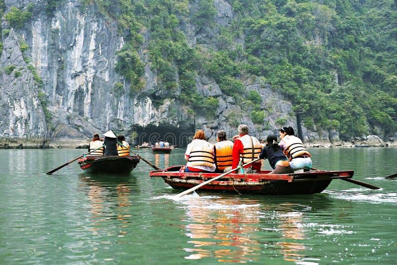 BAIA DI HALONG, VIETNAM - 9 GENNAIO 2014: La baia di HaLong è un sito del patrimonio mondiale dell'Unesco e una destinazione popo fotografie stock