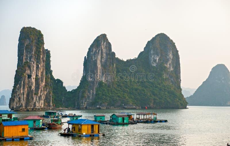 Baia di Halong, Vietnam. Luogo del patrimonio mondiale dell'Unesco. fotografia stock libera da diritti