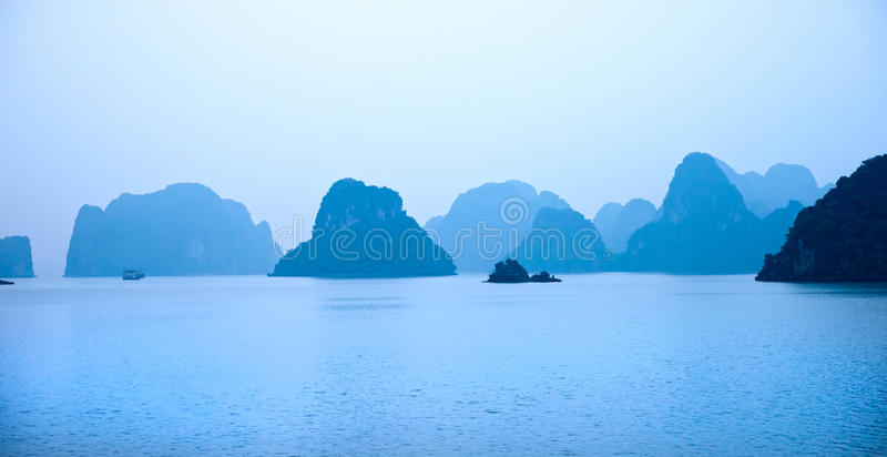 Baia di Halong, Vietnam. Luogo del patrimonio mondiale dell'Unesco. immagine stock