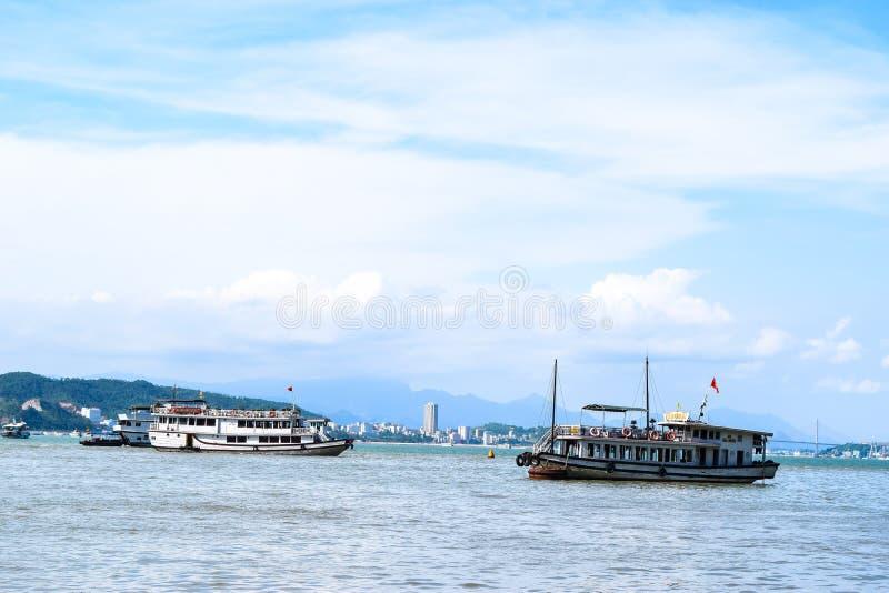 Baia di Halong, Vietnam Luogo del patrimonio mondiale dell'Unesco La maggior parte del posto popolare nel Vietnam fotografia stock