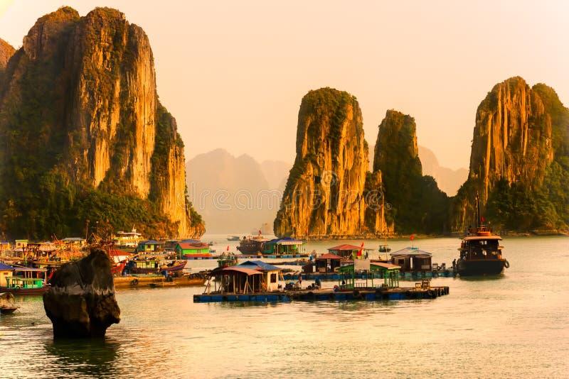 Baia di Halong, Vietnam. Sito del patrimonio mondiale dell'Unesco. fotografie stock