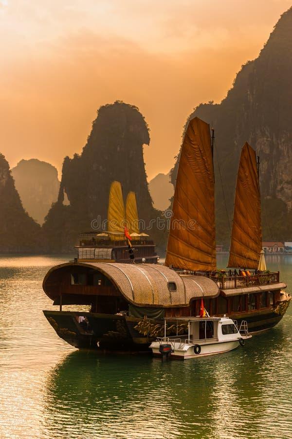 Baia di Halong, Vietnam. Sito del patrimonio mondiale dell'Unesco. immagini stock libere da diritti