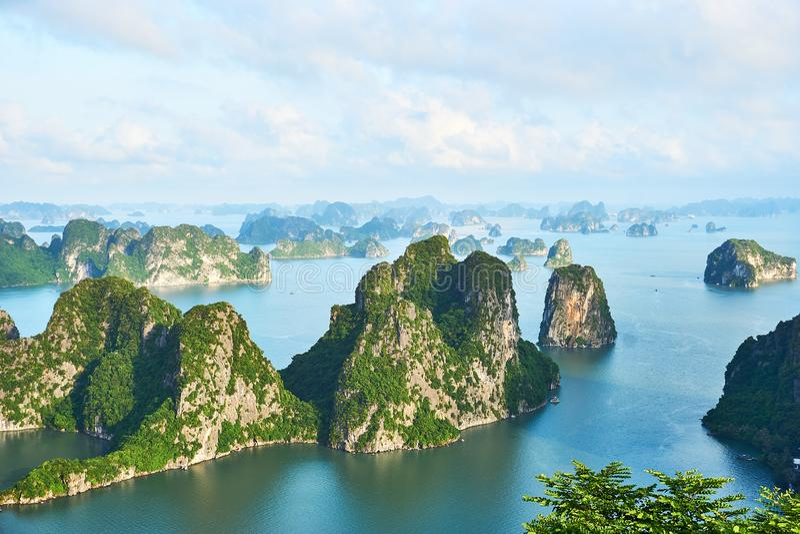 Baia di lunghezza dell'ha, Vietnam - 10 giugno 2019: Vista sopra la baia di lunghezza dell'ha, Vietnam attrazioni turistiche molt fotografie stock