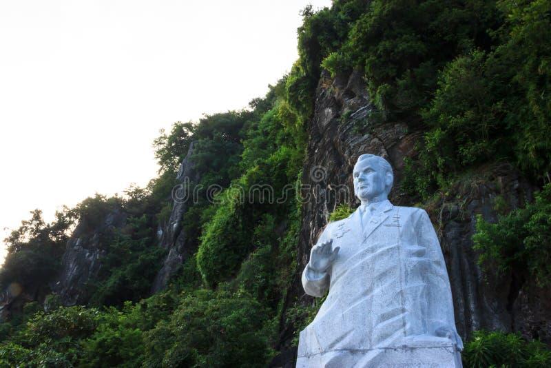 Baia di lunghezza dell'ha, Vietnam - ottobre 22,2017: Statua del cosmonauta Gherman Titov sull'isola della cima del Ti nella baia fotografia stock libera da diritti