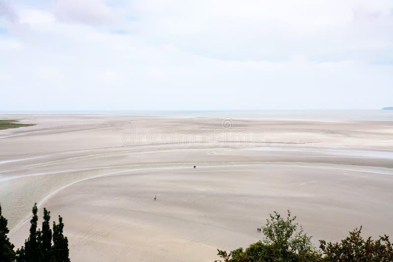 baia di marea fangosa vicino all'isola di Le Mont Saint-Michel immagini stock libere da diritti
