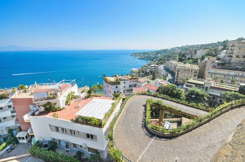 Baia di Napoli, paesaggio urbano di zona residenziale. Napoli, Italia. immagini stock libere da diritti