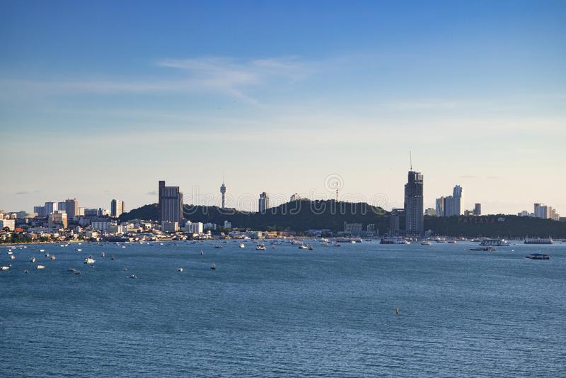 Baia di Pattaya nel tempo di giorno Paesaggio urbano con le barche, spiaggia, costruzioni, immagini stock libere da diritti