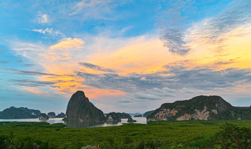 Baia di Phang Nga dal punto di vista del sametnangshe, Phangnga Tailandia immagini stock libere da diritti