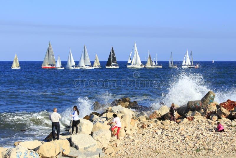 Baia di sorveglianza Bulgaria di Varna della corsa dei saiboats della gente fotografia stock libera da diritti
