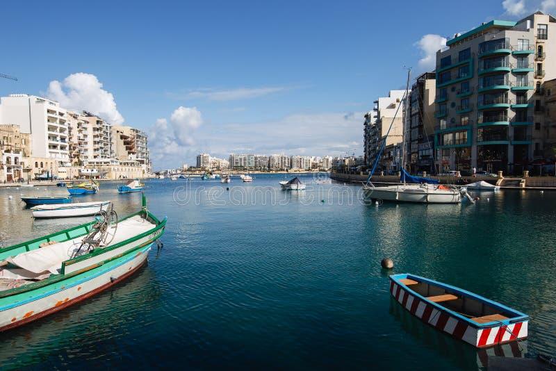 Baia di Spinola, Malta della st Julians che guarda verso lo sliema fotografia stock libera da diritti