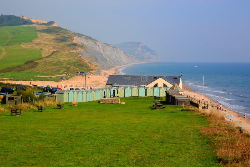 Baia di trascuratezza BRITANNICA di Charmouth Dorset Inghilterra Lyme con i campi e la costa verdi fotografia stock libera da diritti