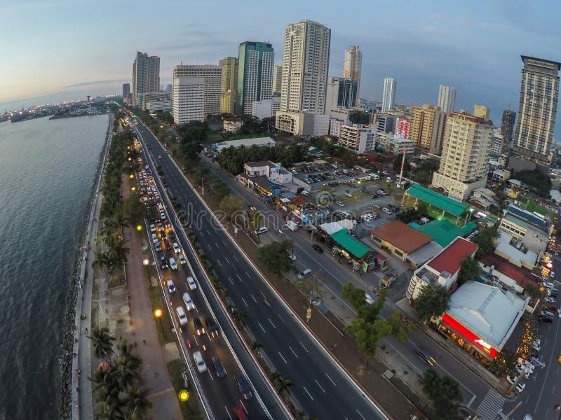 Baia e grattacieli di Manila alla notte fotografia stock