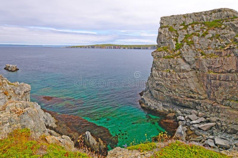 Baia isolata sulla costa dell'oceano immagini stock libere da diritti