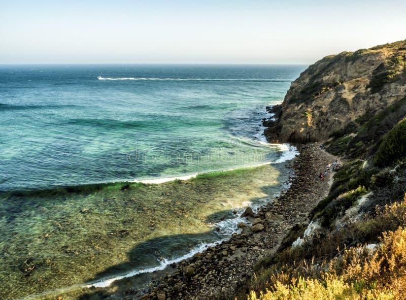 Baia Malibu di paradiso, spiaggia di Zuma, smeraldo ed acqua blu abbastanza in una spiaggia di paradiso circondata dalle scoglier fotografia stock libera da diritti