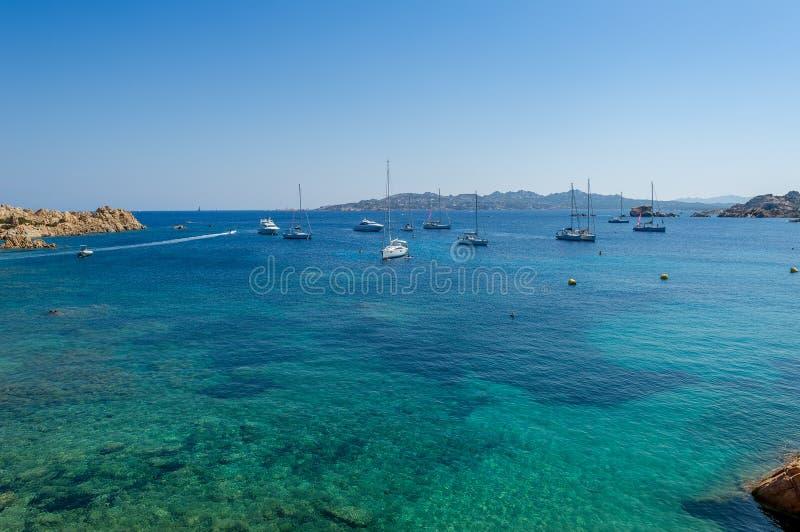 Baia Mediterranea con l'ancoraggio dell'acqua e della barca a vela del turchese fotografia stock