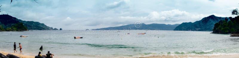 Baia panoramica della spiaggia sotto il cielo blu fotografia stock libera da diritti