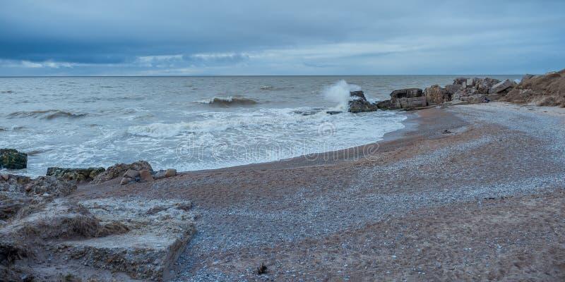 Baia rocciosa selvaggia del Mar Baltico in molla in anticipo fotografie stock libere da diritti