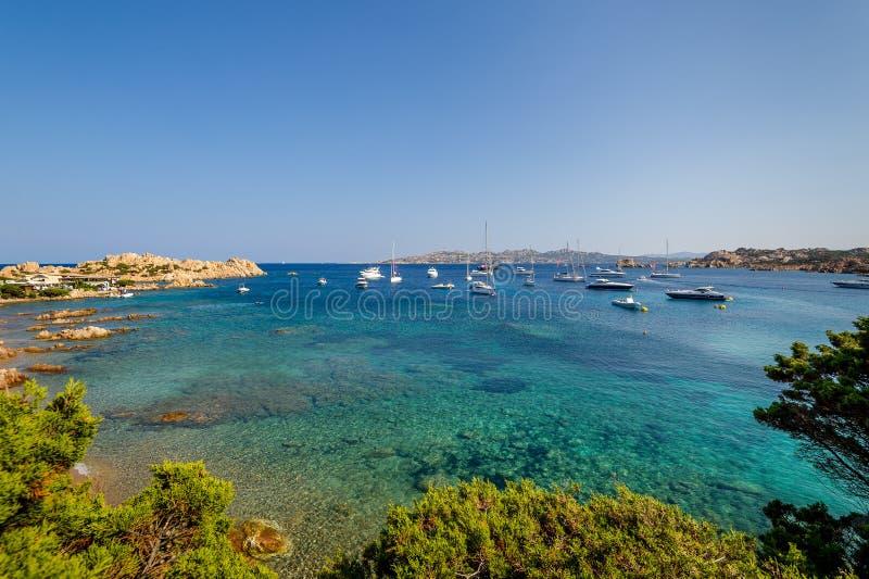 Baia scenica con l'ancoraggio dell'acqua e della barca a vela del turchese fotografia stock