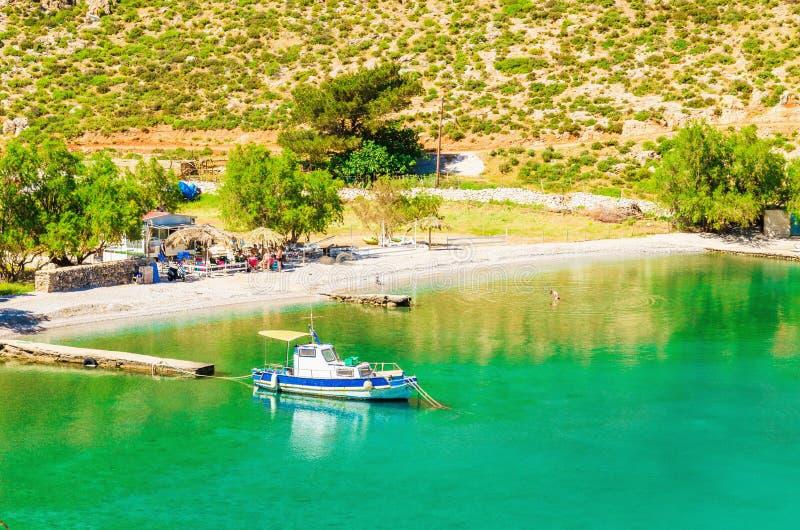 Baia stupefacente del mare sull'isola greca con il peschereccio fotografia stock