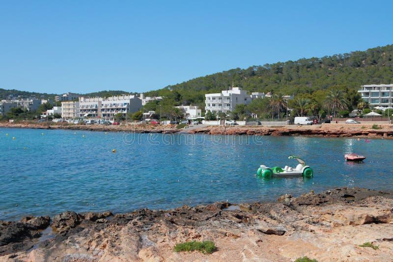 Baia sulla spiaggia del DES Moro di Calo San Antonio, Ibiza, Spagna immagine stock