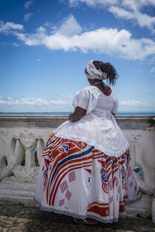 Baiana смотря море над балюстрадой, Сальвадором, Бахей, Бразилией стоковые фотографии rf