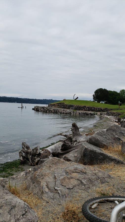 Baie avec la terre et les roches photos libres de droits